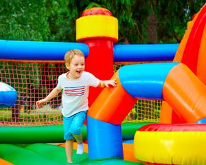 Kind spelend op springkussen buiten